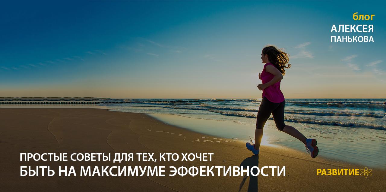 devushka-bezhit-po-plyazhu