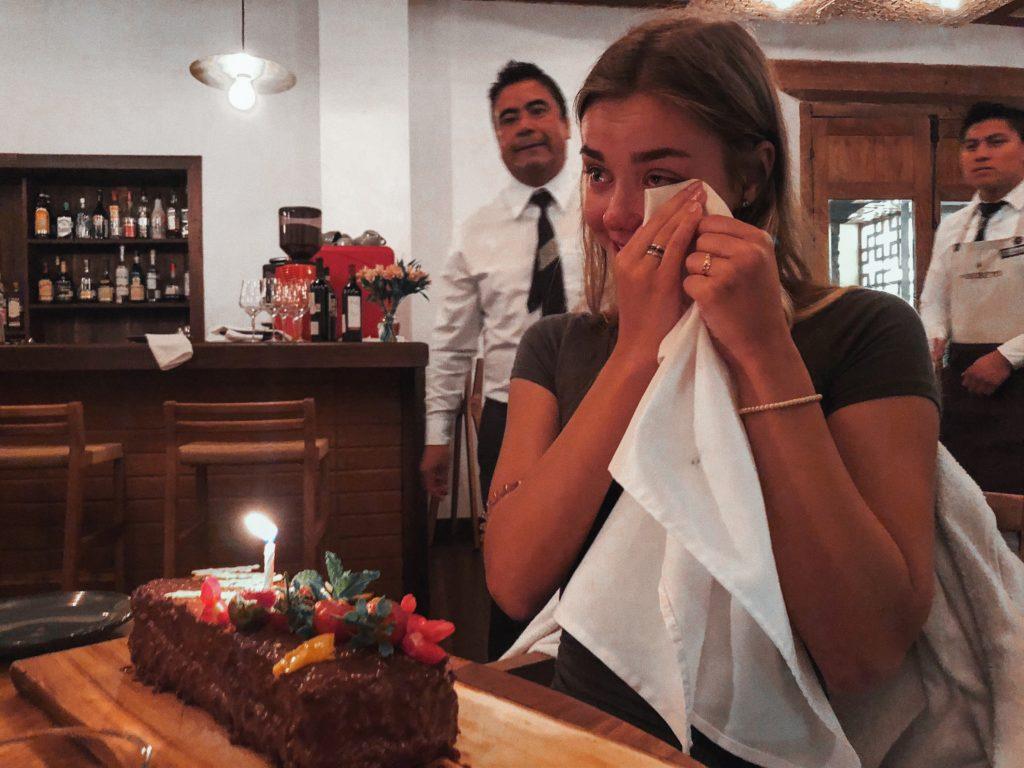 трогательно день рождение девушка плачет праздничный торт
